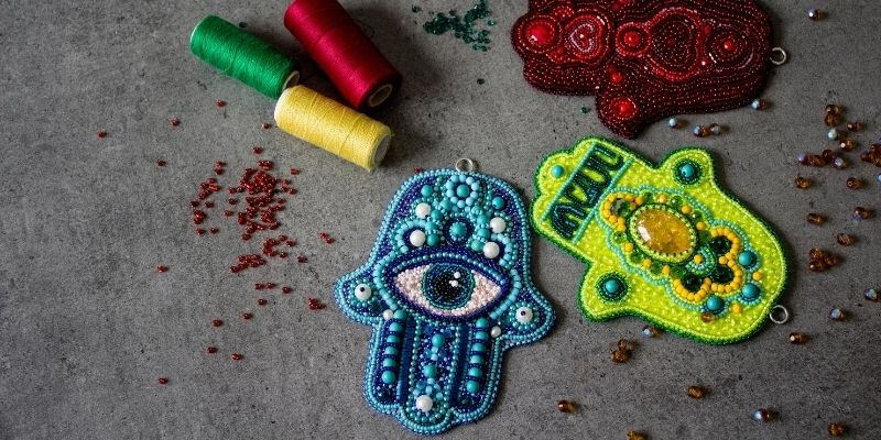 hamsa hand with eye in the middle
